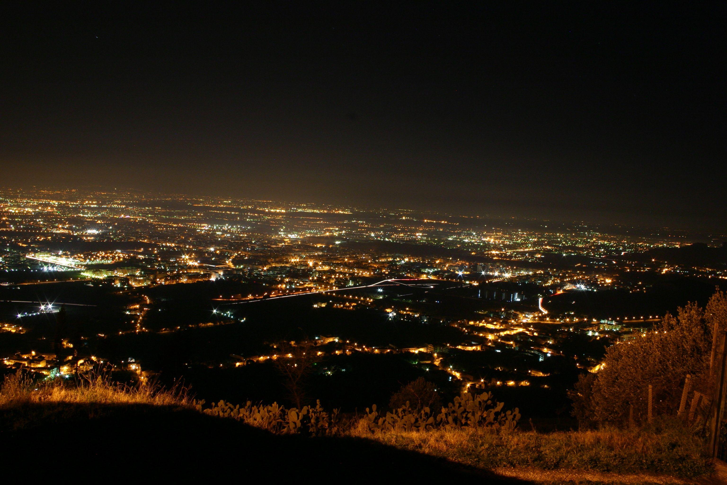 Panorama notturno della città visto da Casertavecchia
