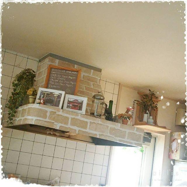 生活感の出やすいキッチン空間をおしゃれに見せたいなら キッチンの換気扇 のある レンジフード をリメイクするのがおすすめです 100円ショップで売っているアイテムを活用するだけで 簡単にキッチン全体のインテリアの印象を変えることができますよ リメイクシート