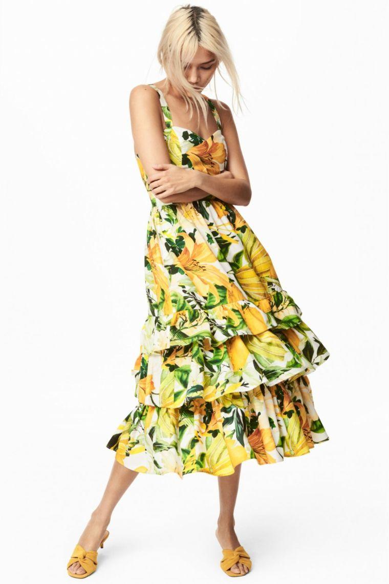 4311f3101d6b Vestiti lunghi estivi e una proposta con un maxi abito a stampe floreali di  colore giallo