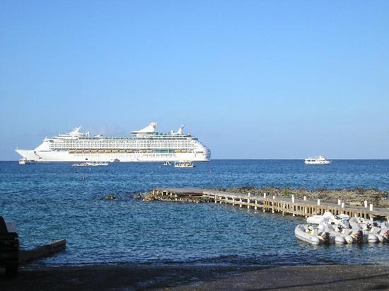 Marriott Grand Cayman Beach Resort: cruise ship near George Town