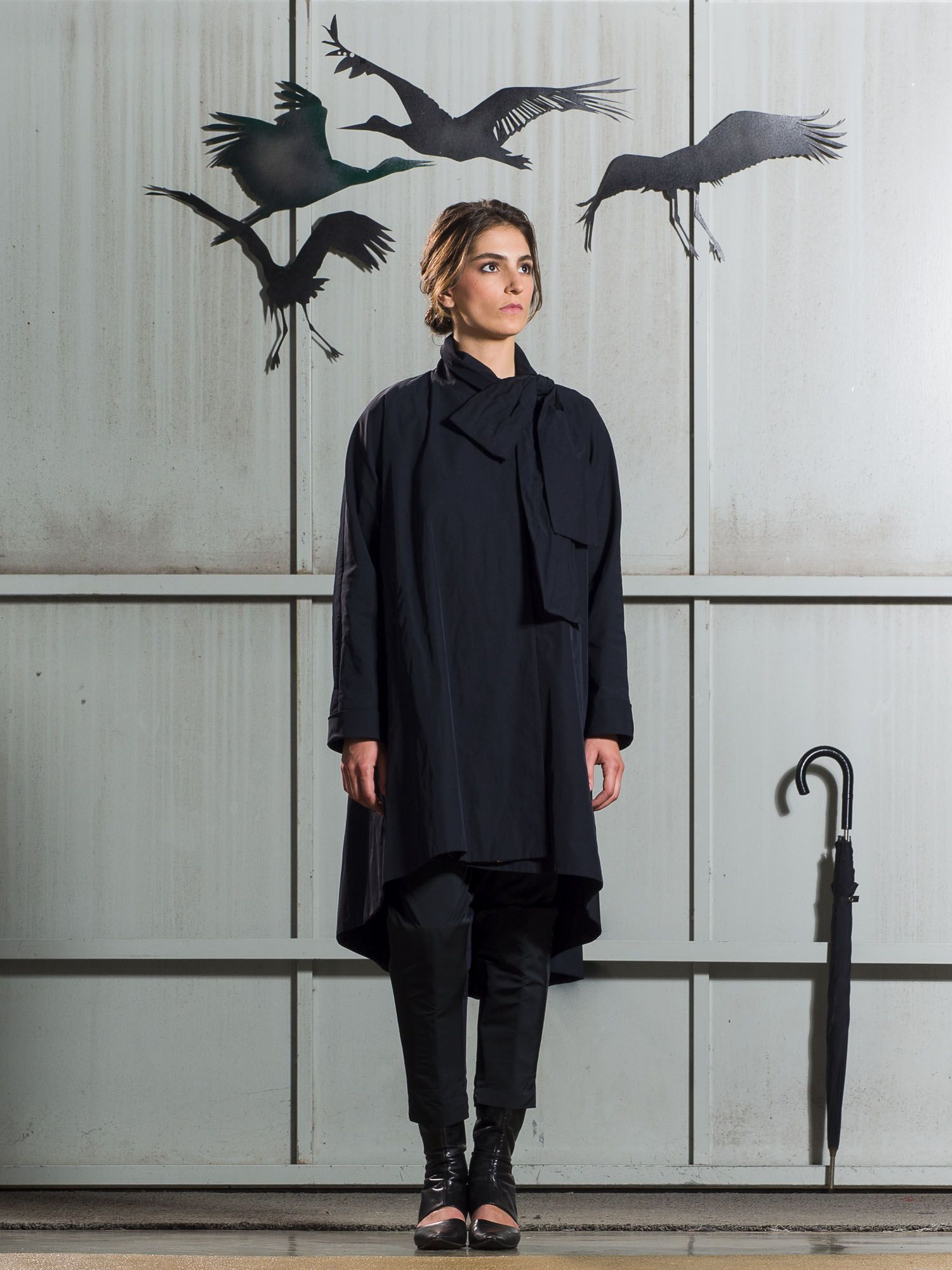 Asymmetrical cut trench coat with collar bow. Two side pockets. D-due Fall-Winter 2016/17: Magritte collection. Made in Spain.