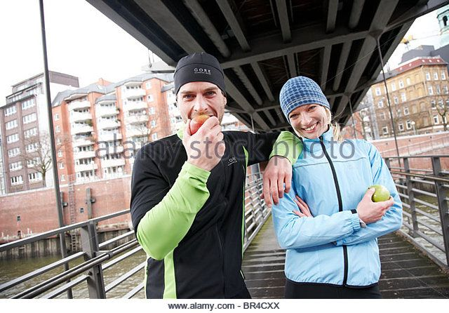 A couple on a pedestrian bridge across the River Elbe in Hamburg, Germany. - Stockbild