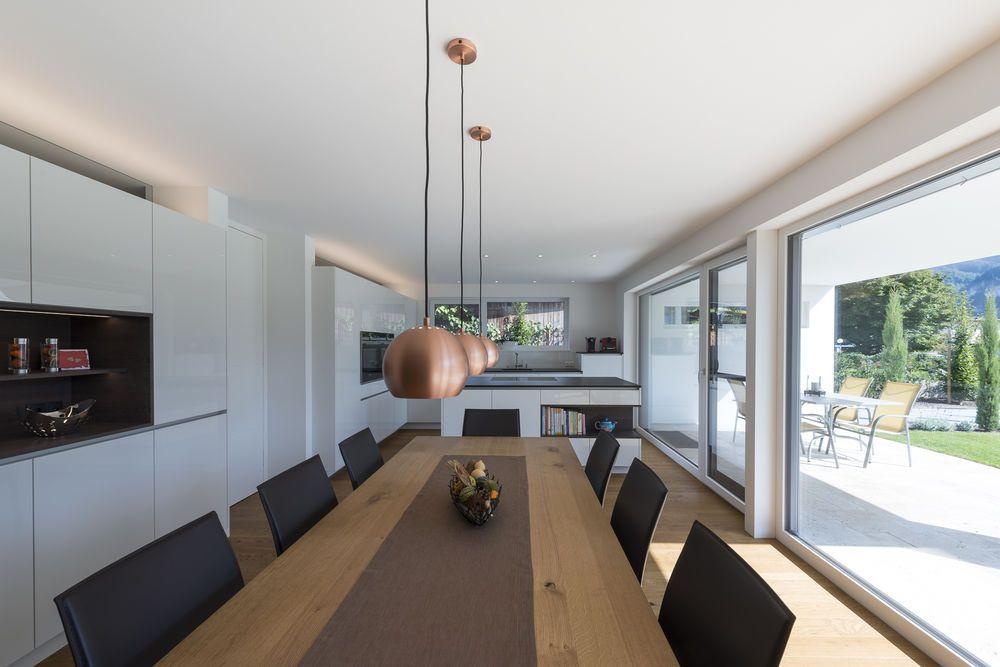 einfamilienhaus flachdach berdachte terrasse massivbau modern design moderne. Black Bedroom Furniture Sets. Home Design Ideas