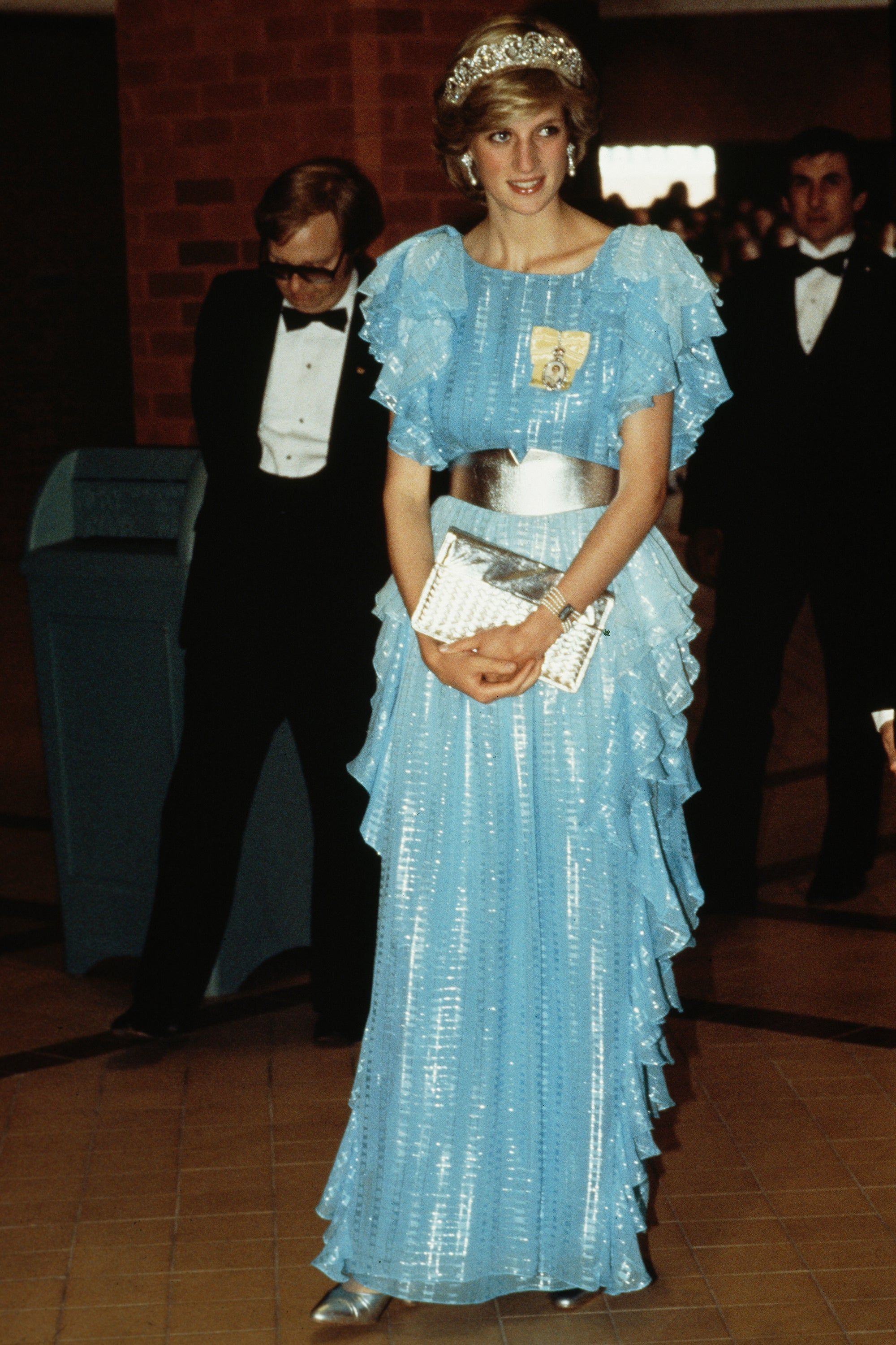 16 Looks From The Crown Inspired By Princess Diana S Best Fashion Moments Diana Wedding Dress Princess Diana Wedding Dress Princess Diana [ jpg ]