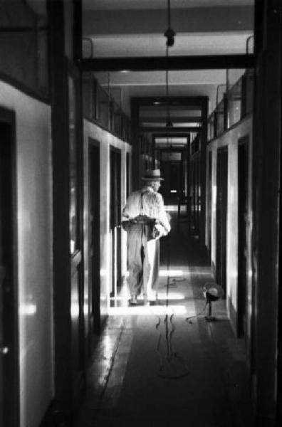 Italia Dopoguerra. Milano. Albergo popolare, un corridoio.  12/07/1945