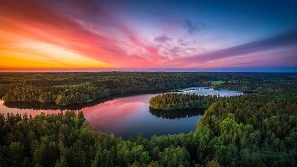 Harrastajavalokuvaaja Lauri Lohi, 26, lähti kuvaamaan Hämeenlinnan Aulangon näköalatasanteelta avautuvaa kansallismaisemaa myöhään maanantai-iltana.