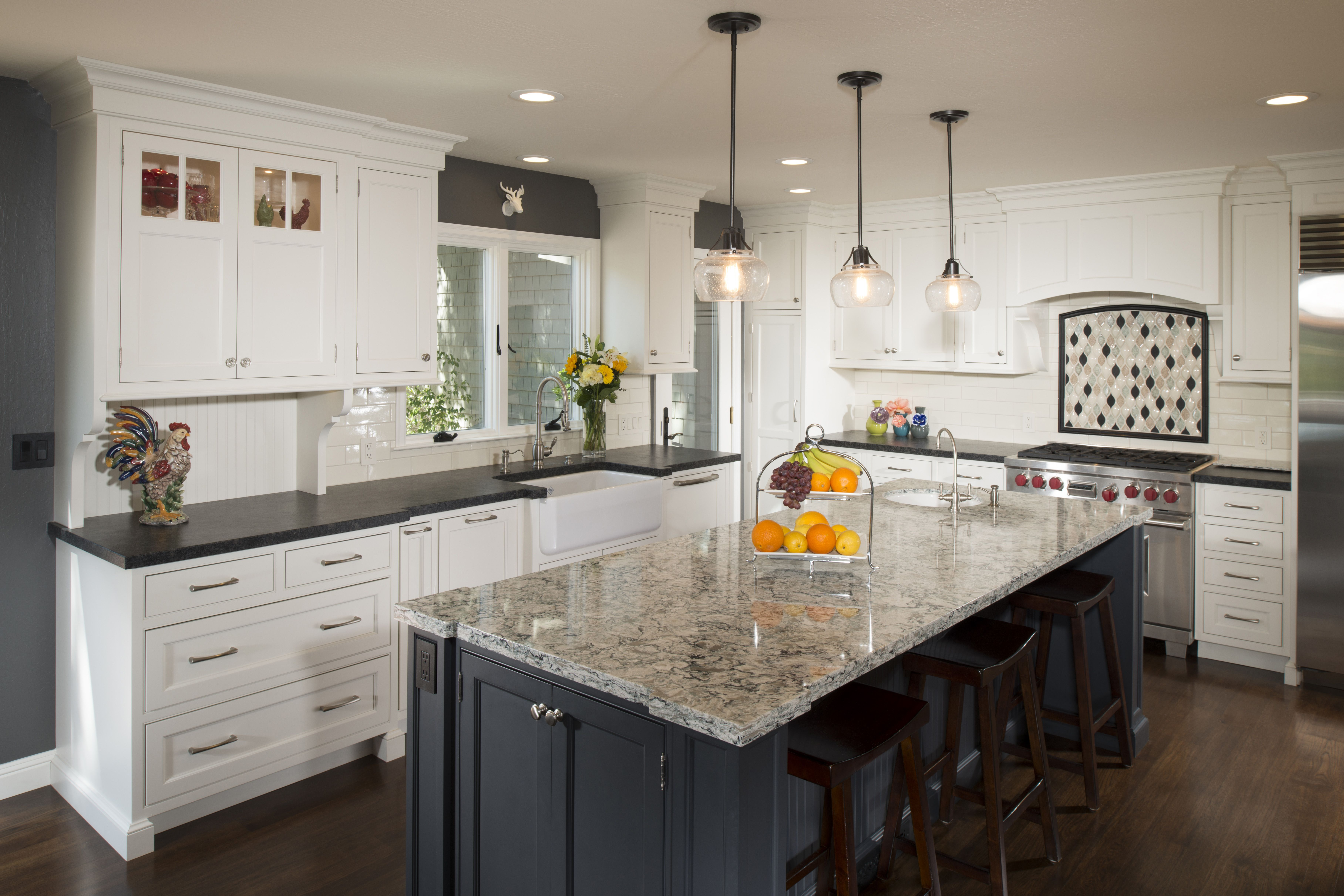 Kitchen with contrast color. White perimeter