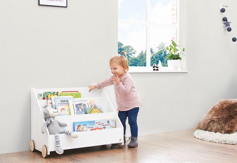 Aufbewahrung im Kinderzimmer mit Bücherregal aus Holz von