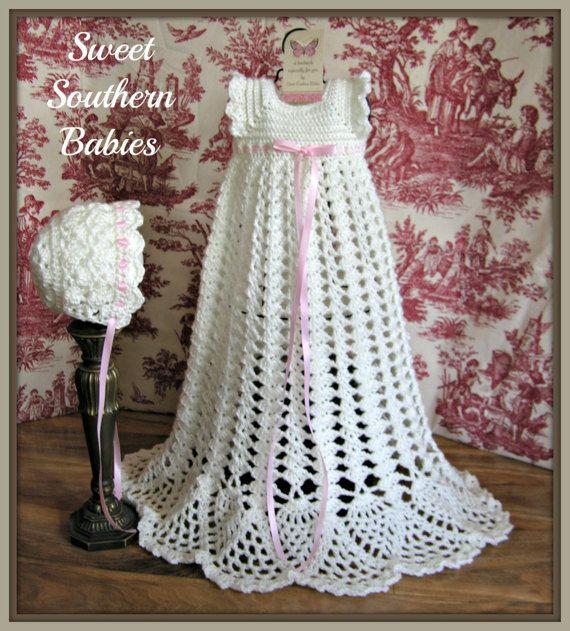 Este vestido está hecho con una lana de bebé suave y adornado con ...