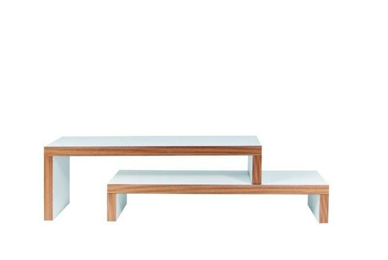 Cliff+TV-bord+-+Hvid+-+Moderne+og+dynamisk+TV-bord+i+hvid/natur+bestående+af+2+borde+i+forskellige+niveauer.+De+2+borde+kan+sættes+sammen+på+flere+forskellige+måder,+f.eks.+kan+TV-bordet+gøres+bredere+eller+forlænges.+Dette+møbel+tilpasser+sig+efter+dine+behov.