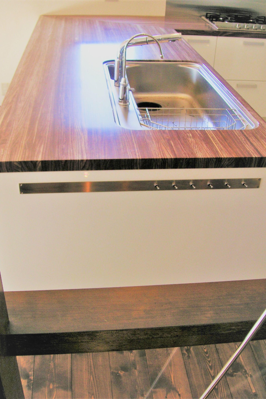 オーダーキッチン ペニンシュラキッチン ステンレス シンク 木製カウンターにアンダーシンク加工を施し 木とステンレスが見事に調和 異なる素材感を調和させるのもオーダーキッチン の楽しみ方の一つ 部屋のスイッチ回路をペニンシュラキッチンのシンク横サイドパネルに