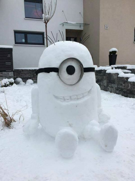 Liegt bei euch auch Schnee? Falls ja, wer versucht sich an diesem Schnee-Minion? #minions  #minionsworld #banana #minionslove  #minionsmovie #minionsrule #minionscake #minionsstyle  #minionsparty  #minionmovie #minionmoments
