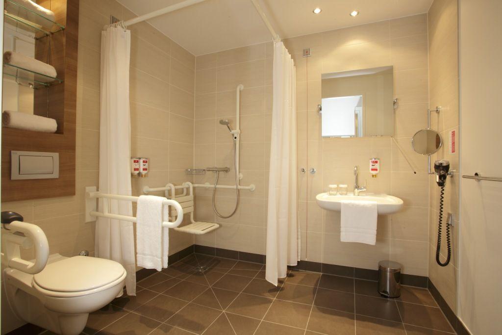 Badezimmer Behindertengerecht ~ Badezimmer behindertengerecht ramada hotel berlin alexanderplatz