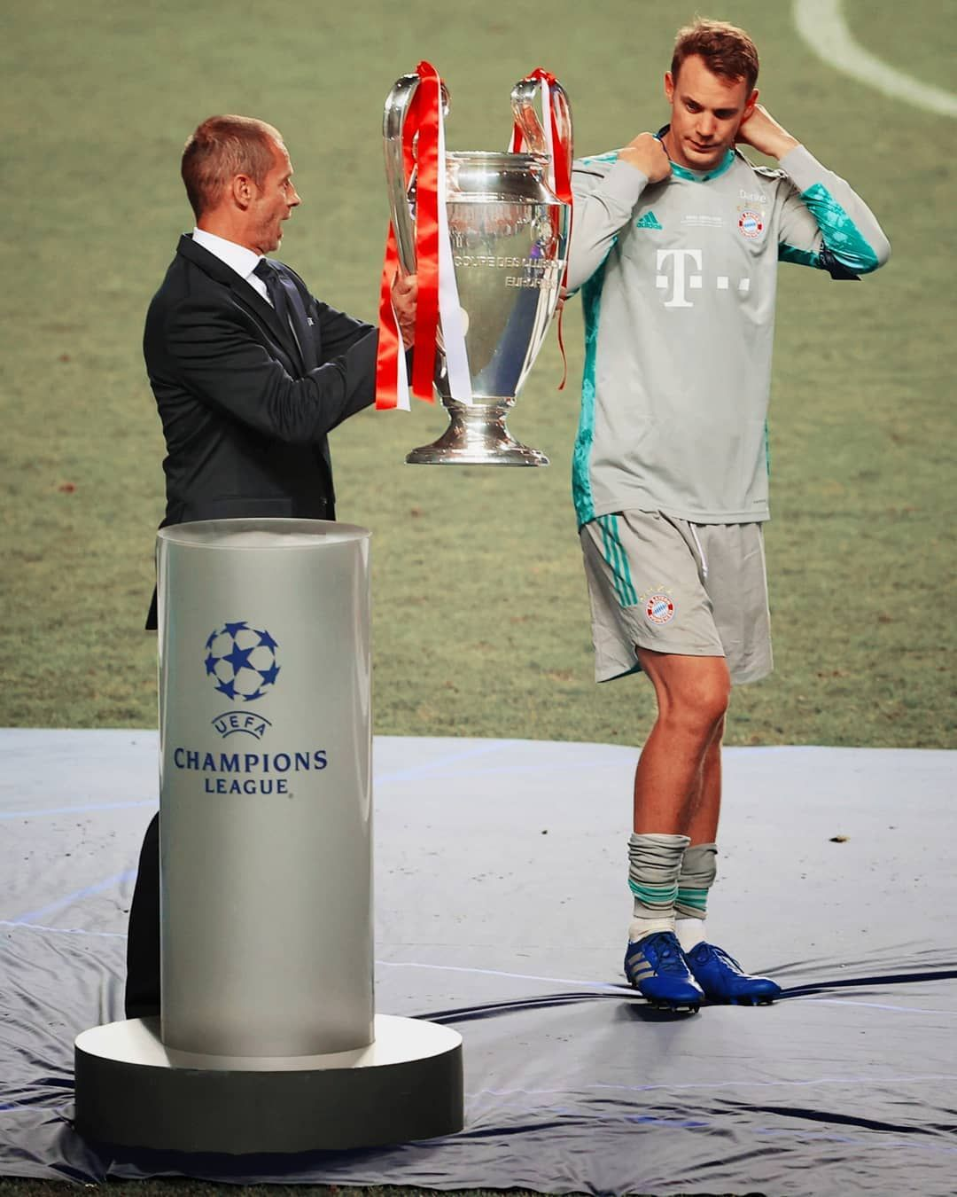 Manuel Neuer Fan Account On Instagram Manuel Neuer Is Presented With The Trophy By Uefa Champ Champions League Final Champions League Uefa Champions League