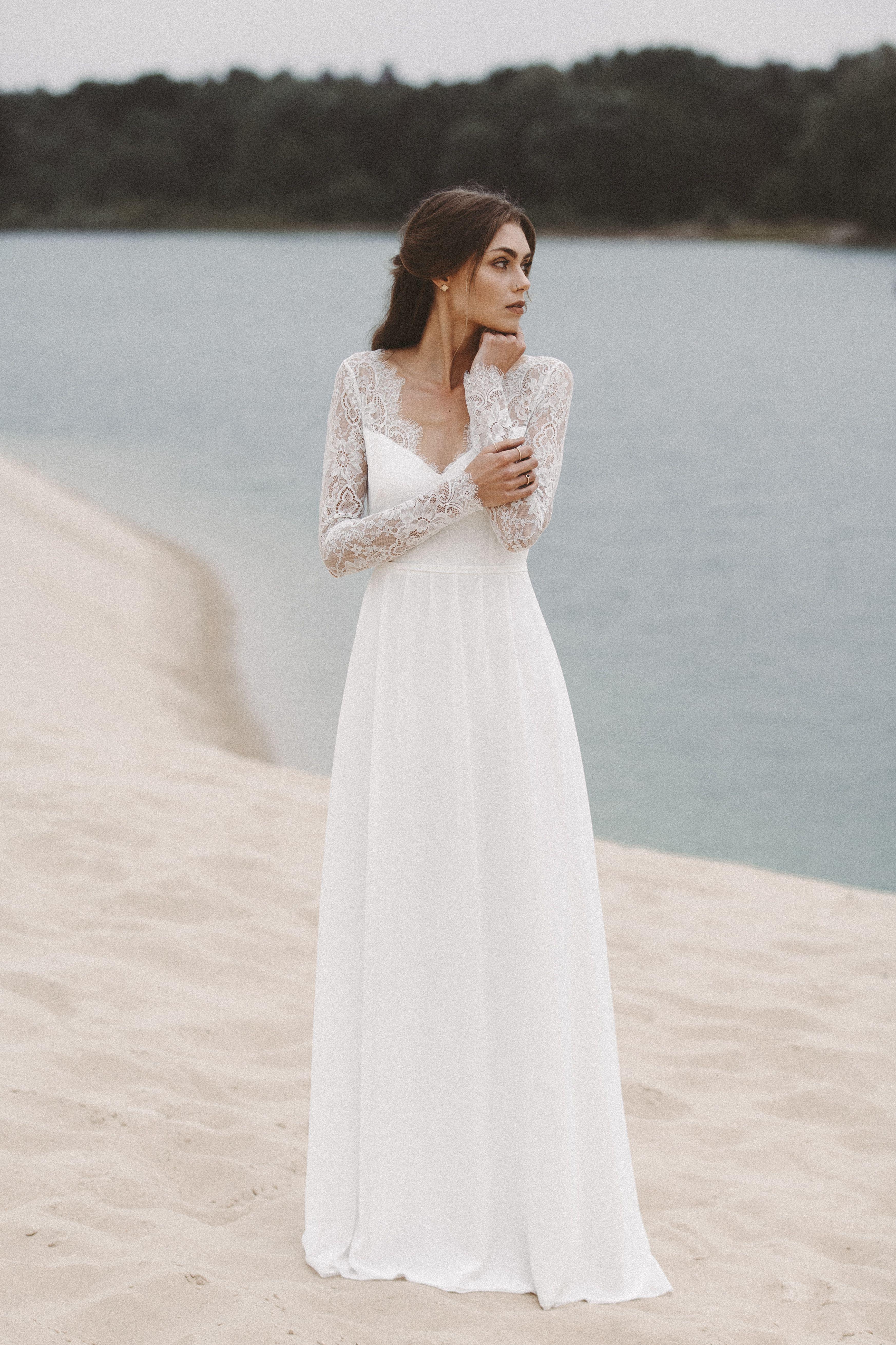 Brautkleid mit langen Spitzenärmeln und tiefem Rückenausschnitt
