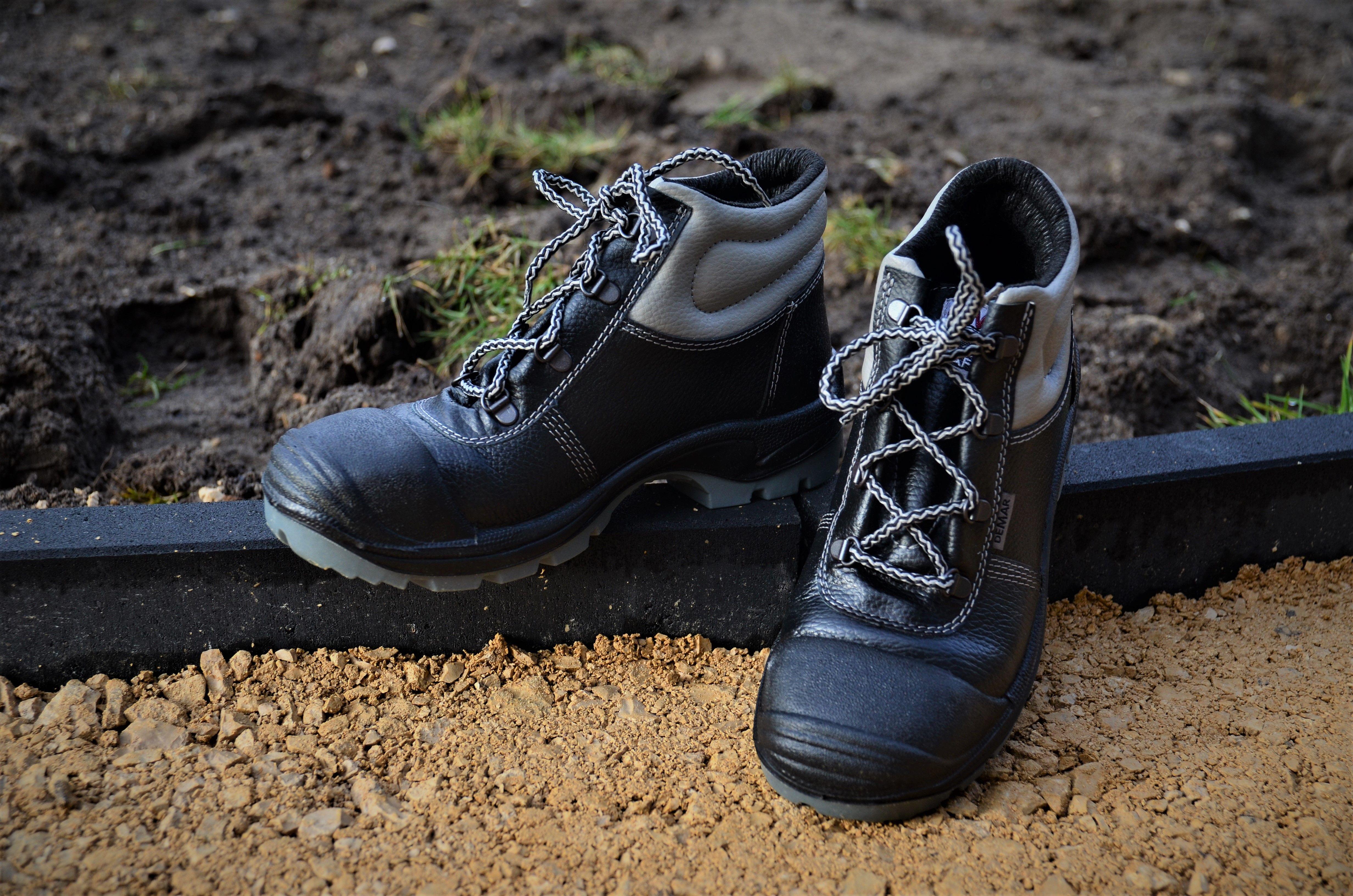 Buty Robocze 9 002 Idealnie Sprawdza Sie Przy Pracach Zwiazanych Z Kostka Jak I Wszedzie Tam Gdzie Nosek Narazony Jest Na Otarcie To Hiking Boots Boots Shoes