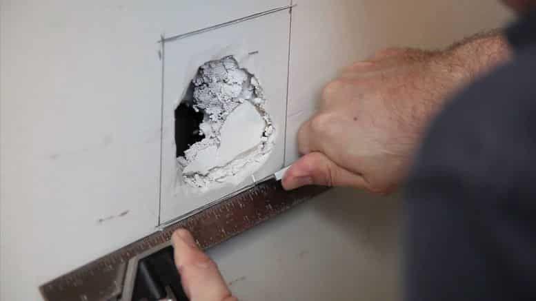 Le placo est assez fragile, un choc et vous voilà avec un beau trou - comment reparer un trou dans une porte