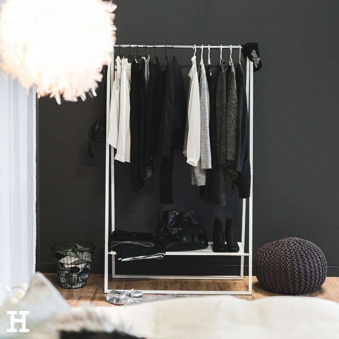 Fur Den Cozy Grey Look Konnt Ihr Eure Lieblingsklamotten Und Schuhe Mit Einem Offenen Kleiderstander Gekonnt Vor Einer In 2020 Wohnzimmer Gemutlich Zuhause Einrichtung