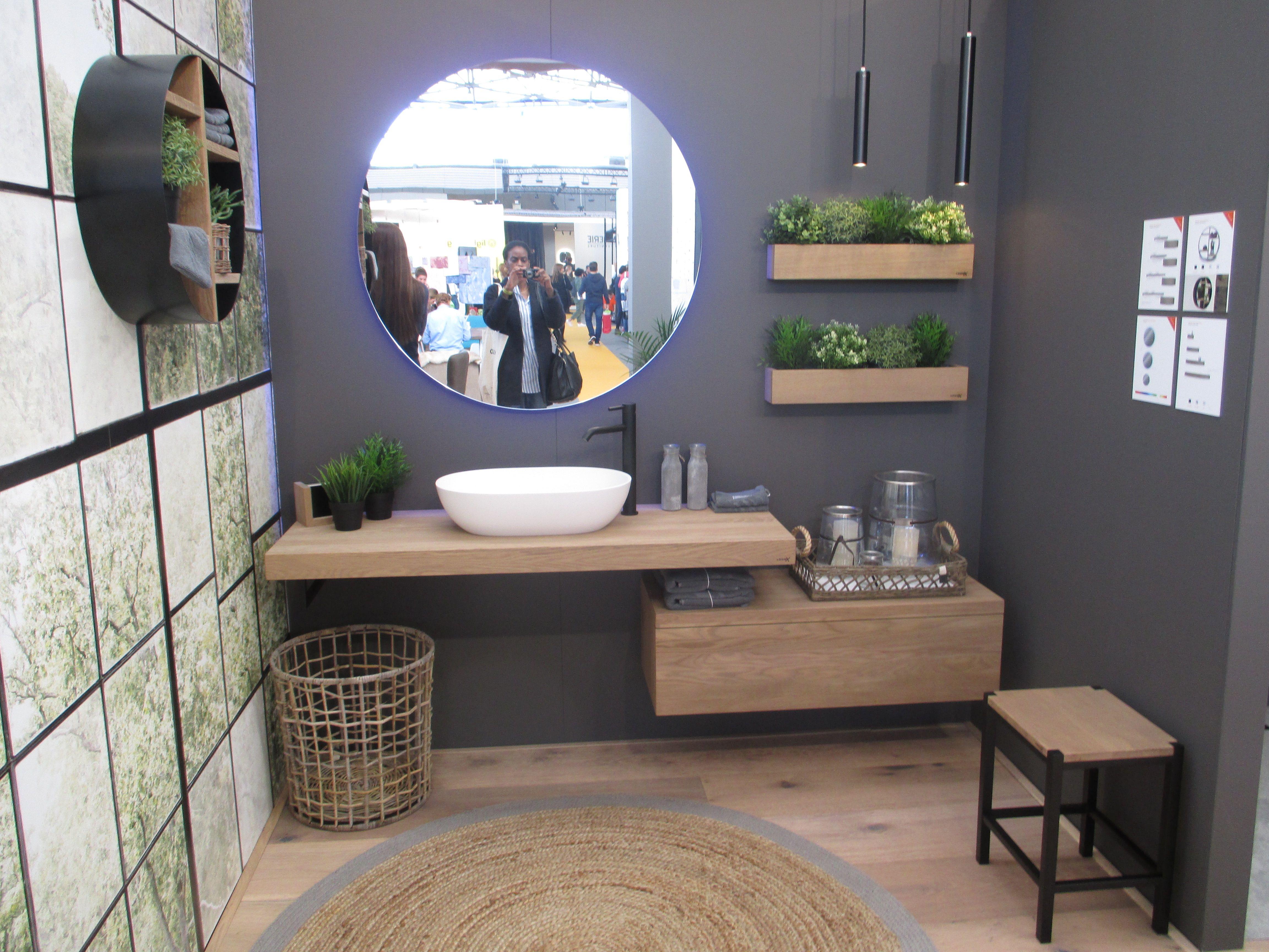 Badkamer Spiegel Kast : Badthroom round mirror grey walls woud plants plant houten kast