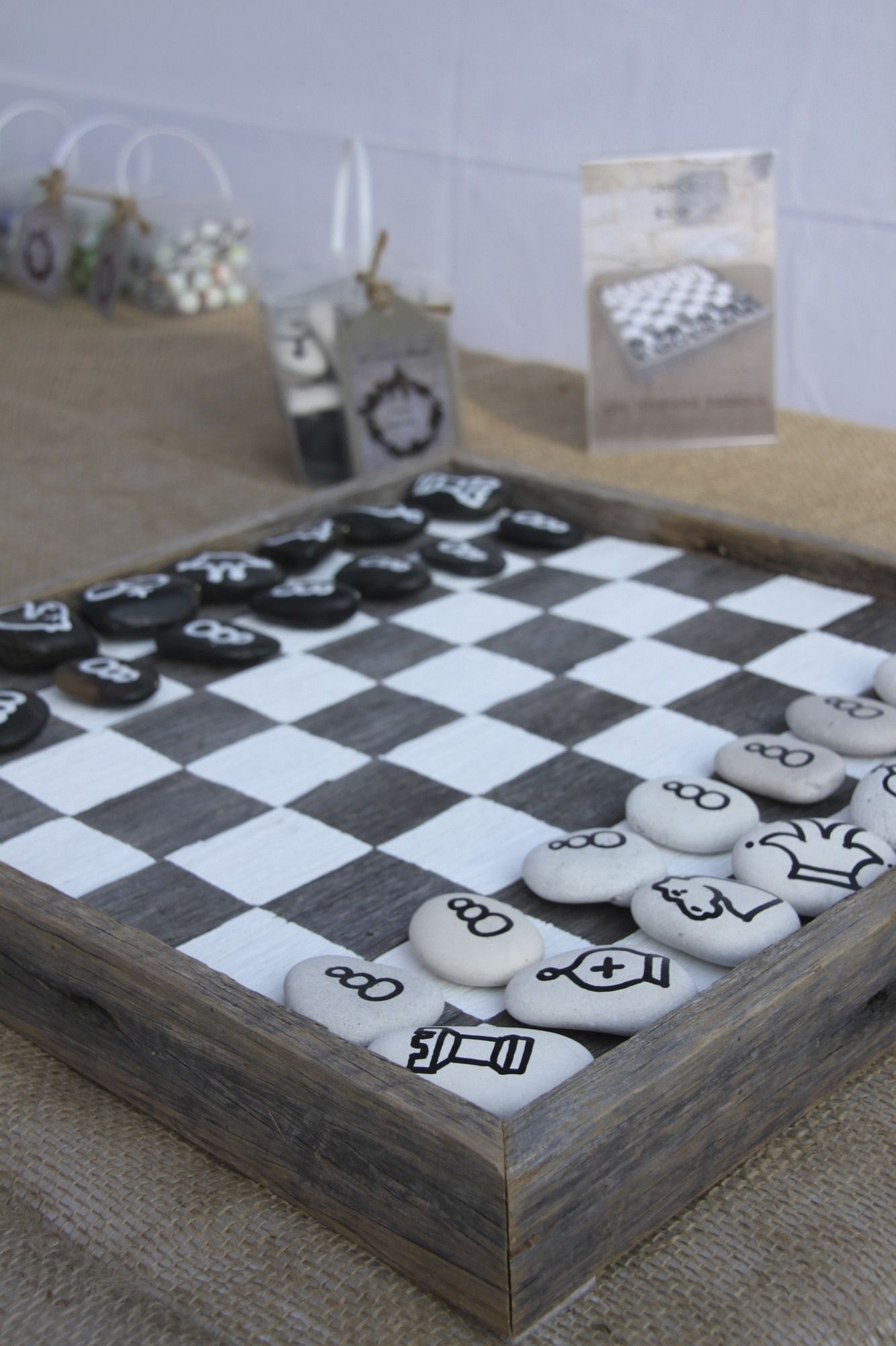 damas o ajedrez con piezas pintadas en piedras