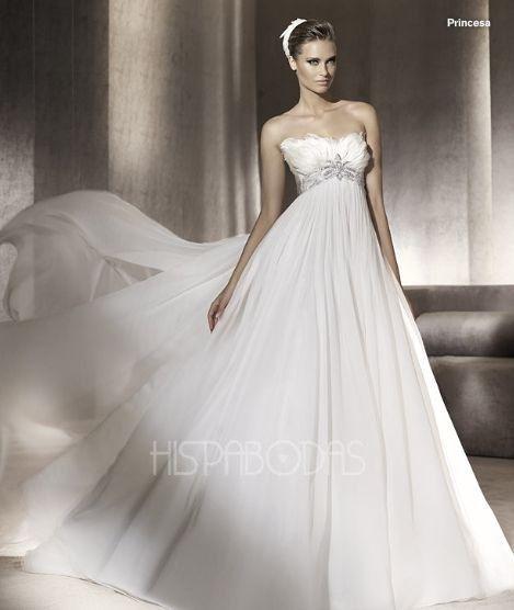 481ddc76a Modelo Princesa Coleccion Manuel Mota 2012. Vestido de Novia corte imperio  con escote strapless con plumas.