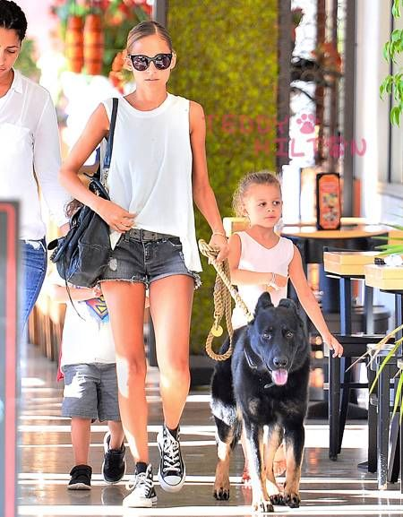 Nicole Richie was spotted walking her dog with her kids!