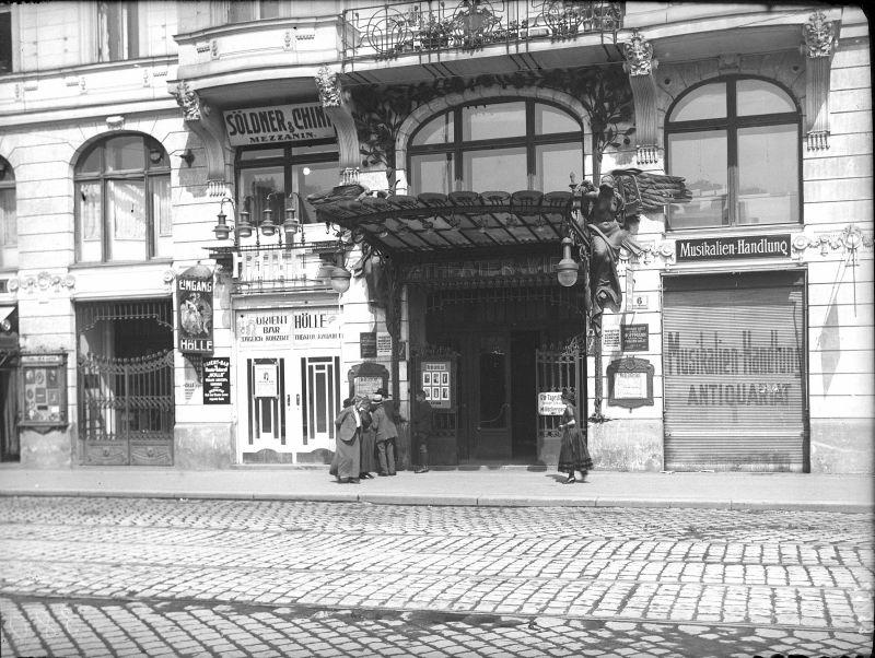 TitelWien 6, Linke Wienzeile BeschreibungTheater an der Wien und Kabarett Hölle: Portal und Reklame. AutorSchmitt, Otto  Datierung1918