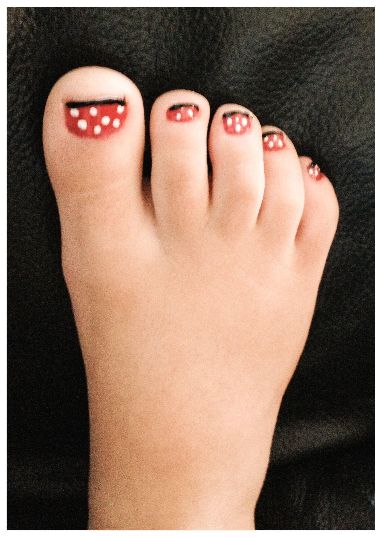 Minnie Mouse nails (toes) ▫️paint nail red (dry completely ...