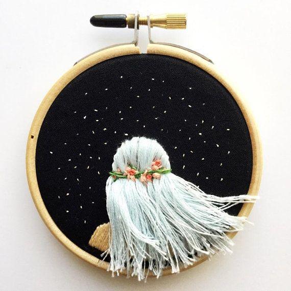 Fließendes Haar unter den Sternen – Handstickerei, Hoop Art, zeitgenössische b…