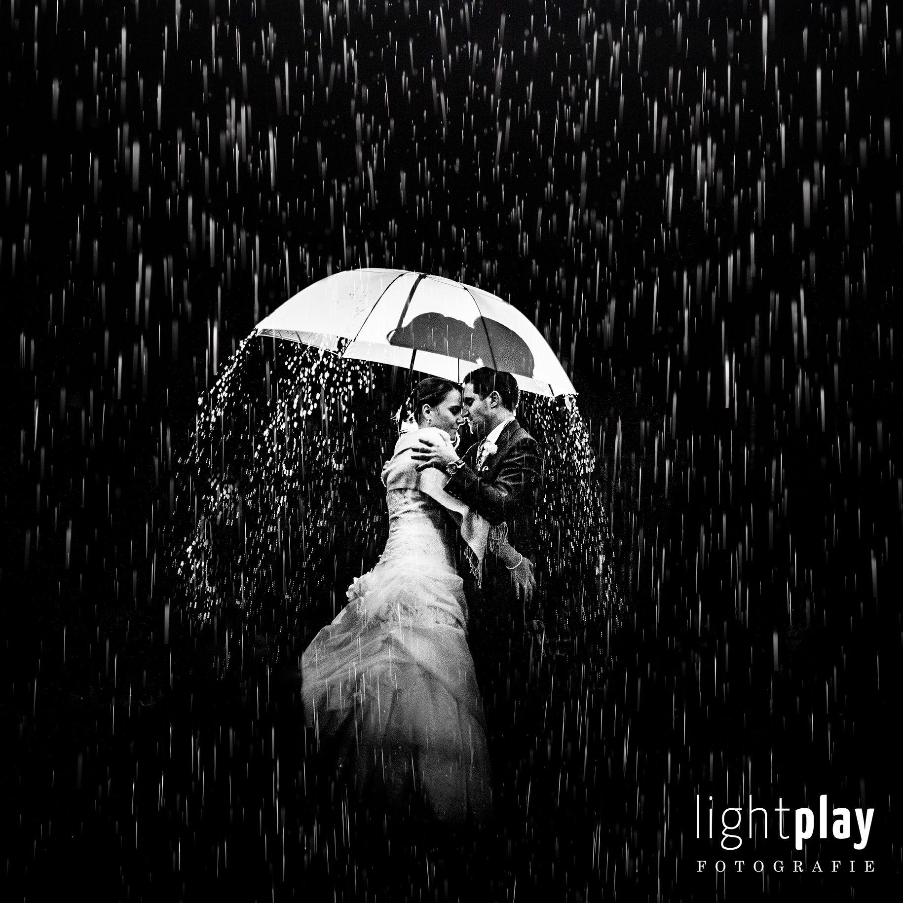Hochzeitsfotografie Brautpaar Fotoshooting Im Regen Schlechtwetter Photo Ideas Rainy Wedding Day Regen Hochzeit Hochzeitsfotografie Hochzeitsfoto Regen