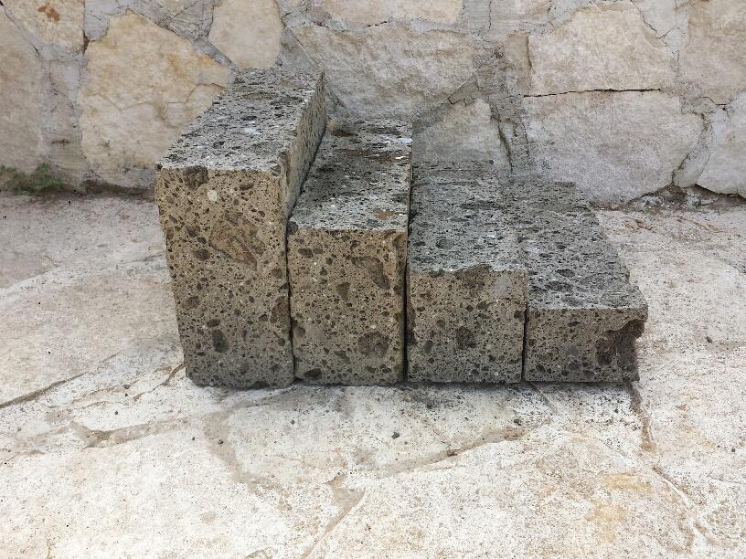 Foto Muretti Di Tufo.Blocchetti Tufo Nero Compatto Per La Realizzazione Di Muri