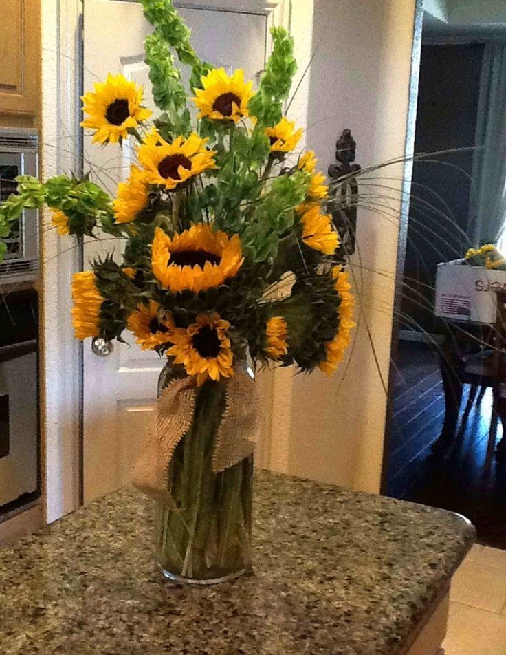 The Big Blooms In Short Vases Creates A More Modern Arrangement