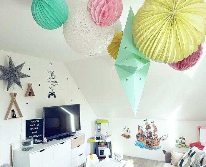 Déco salle de jeux ou chambre pour les enfant avec un nuage de lanternes en papier coloré