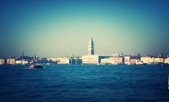 """Speciale """"Venezia e le magie di una città da scoprire"""" http://www.allyoucanitaly.it/blog/venezia-carnevale-magia-citta-da-scoprire. Un tour virtuale della città per scoprire la magica atmosfera del Carnevale. Qualche dritta per una passeggiata romantica, dolci tipici da non perdere, cosa fare e dove mangiare a Venezia. #venezia #veneto"""