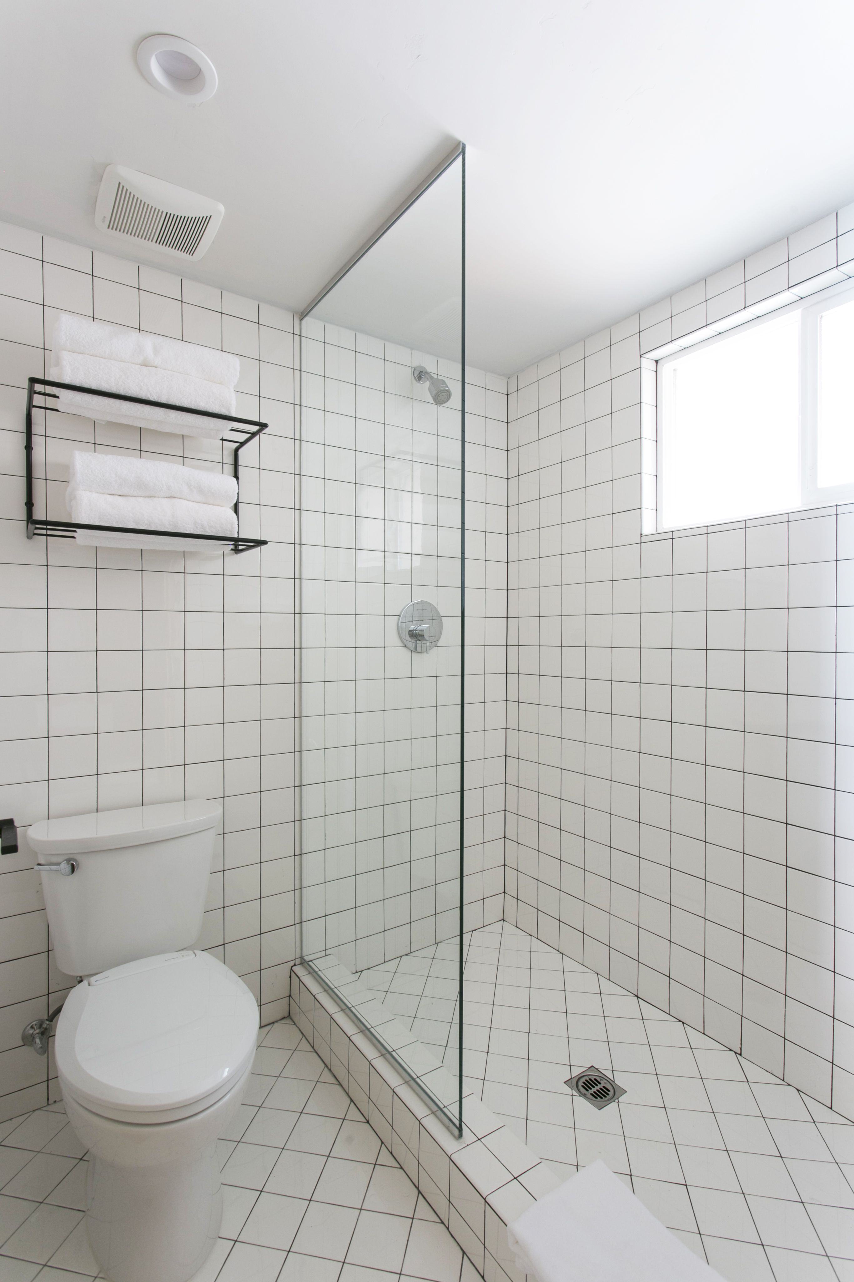 White tiles black grout bathroom - Bathroom Of The Week An Economical Plywood Bath In Tahoe Black Grouttile