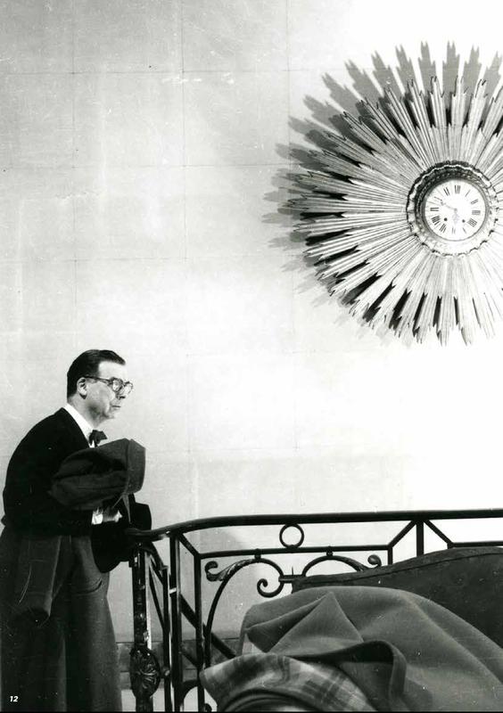 Cristóbal Balenciaga dans sa maison de couture à Paris, 1959 © Gyenes / Fonds Gyenes / Biblioteca Nacional de España