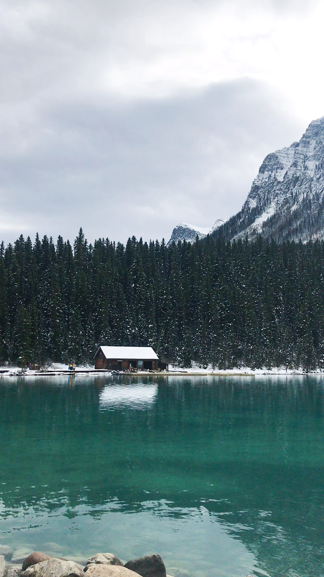 Lake Louise, Canada - Click through for the best tips for visiting here. PIN FOR LATER #canada #lakelouise #calgary #alberta