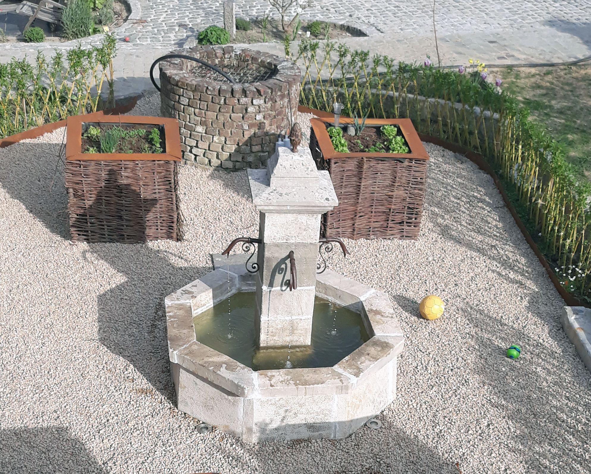 petite fontaine centrale au bassin