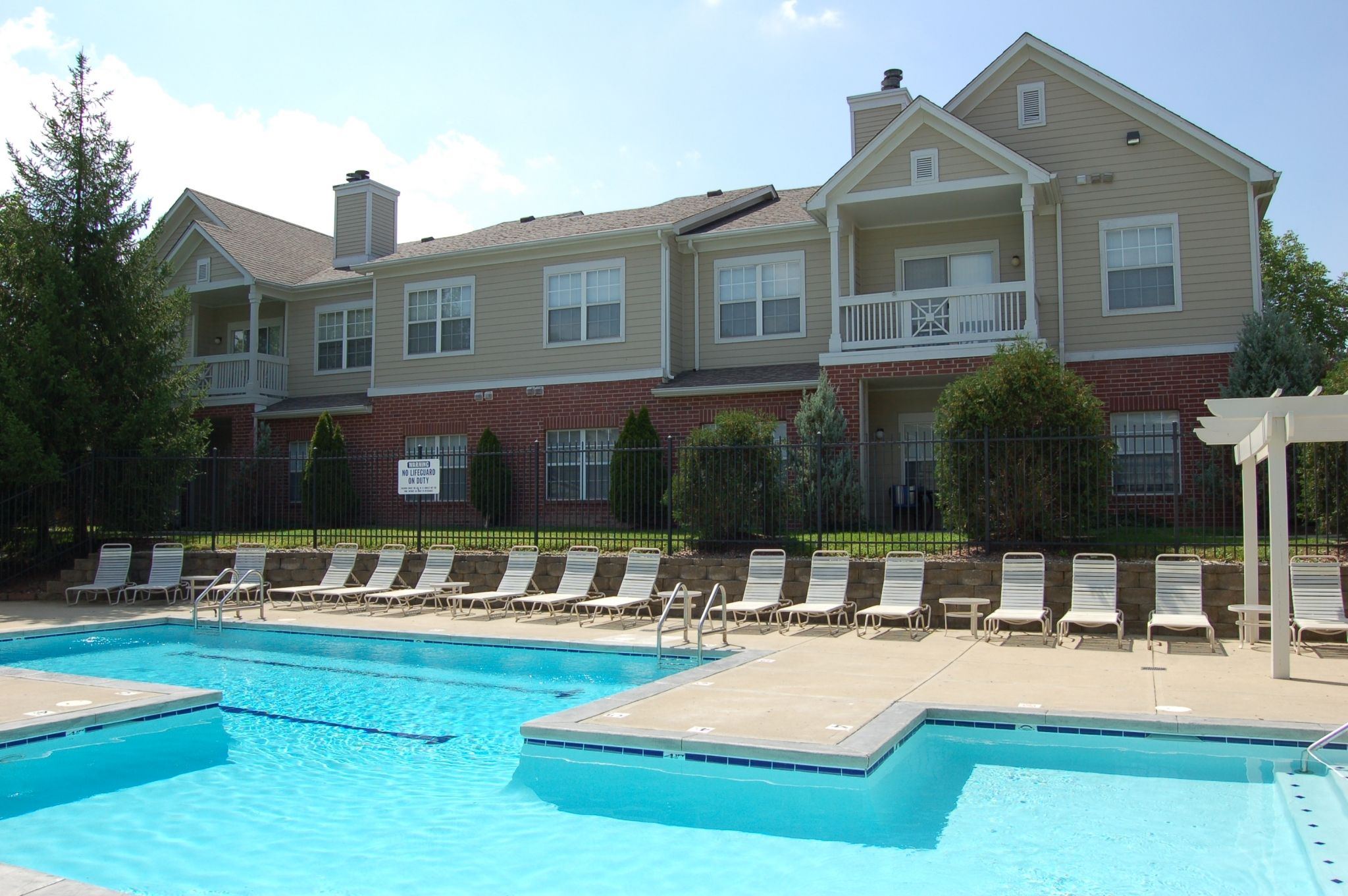 Apartments with pool and sundeck in Indianapolis. The