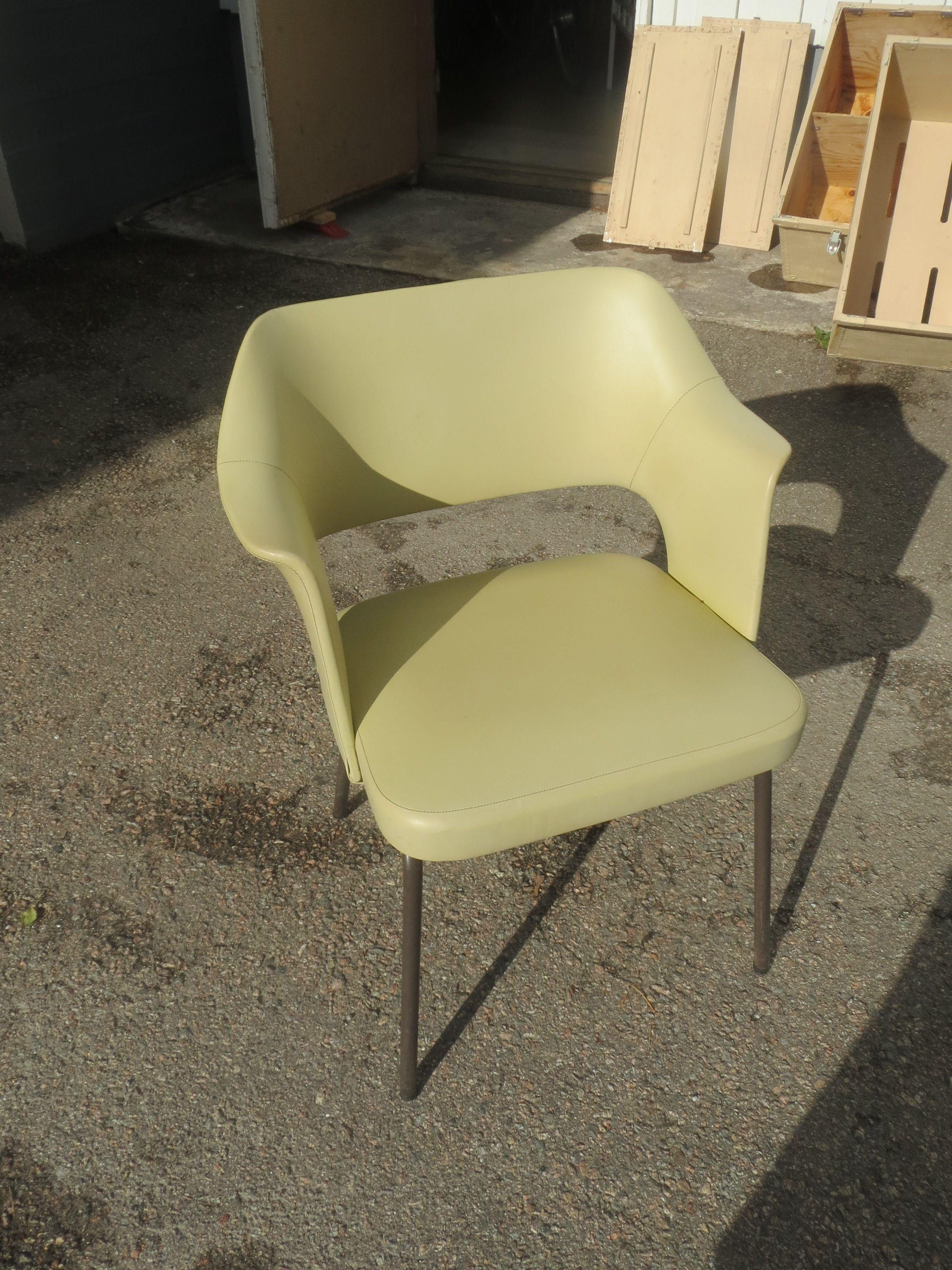 Tyylikkäästi muotoiltu keinonahkapäällysteinen tuoli. Muutama jälki pinnassa, muuten hyväkuntoinen ja hyvä istua.70 euroa.