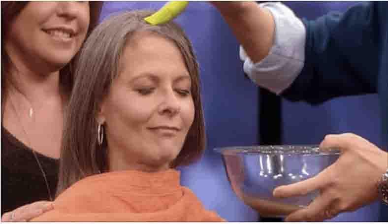 Han kommer brun kartoffelvand i kvindens hår – du vil ikke tro dine egne øjne når du ser hvad der sker!