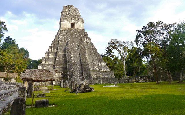 Voyage au Guatemala à moto avec Planet Ride. Une halte à Tikal, l'un des grands sites maya du Guatemala. Voyage moto à Tikal avec Jean-Francois, Partenaire Planet Ride.
