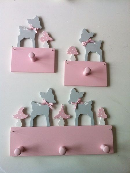 Diese süße Mini-Garderobe lässt kleine oder große Mädchenherzen höher schlagen.  Sie wird einfach mit zwei Nägeln an der Wand befestigt und hängt dann auch fest. Die Nägel liefere ich mit.   Die...