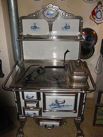 Hermosa estufa de la cocina antigua de estilo art nouveau ...