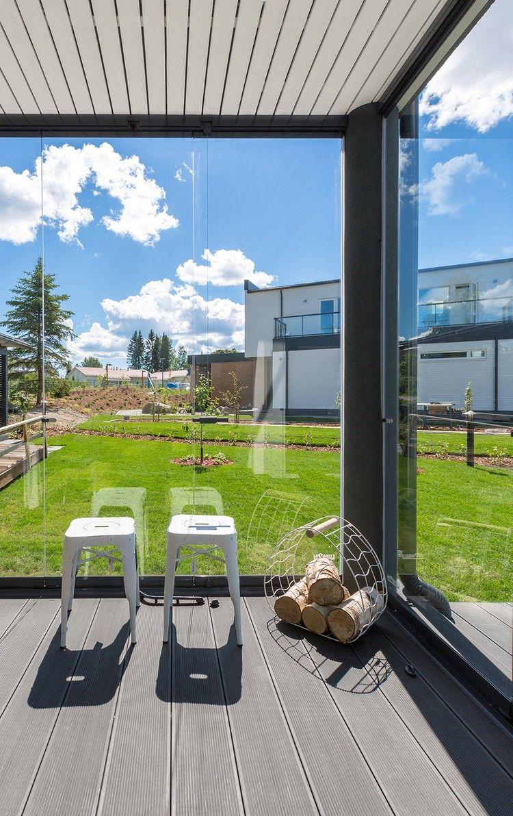 Windschutz Terrasse Glas Schiebefenster Faltelemente Gruner Rasen