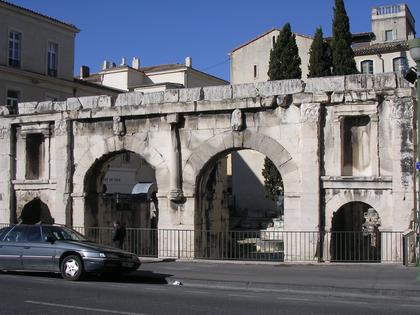 Porte d'Auguste (faisait partie de l'enceinte de Nimes) - romain - 1er  siècle