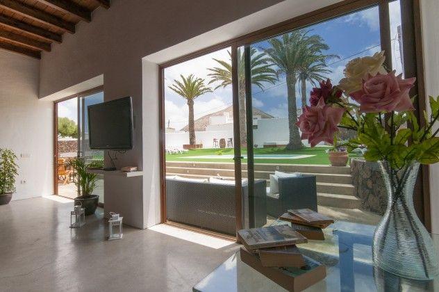 Wohnzimmer mit großem FlachbildFernseher Ferienhaus