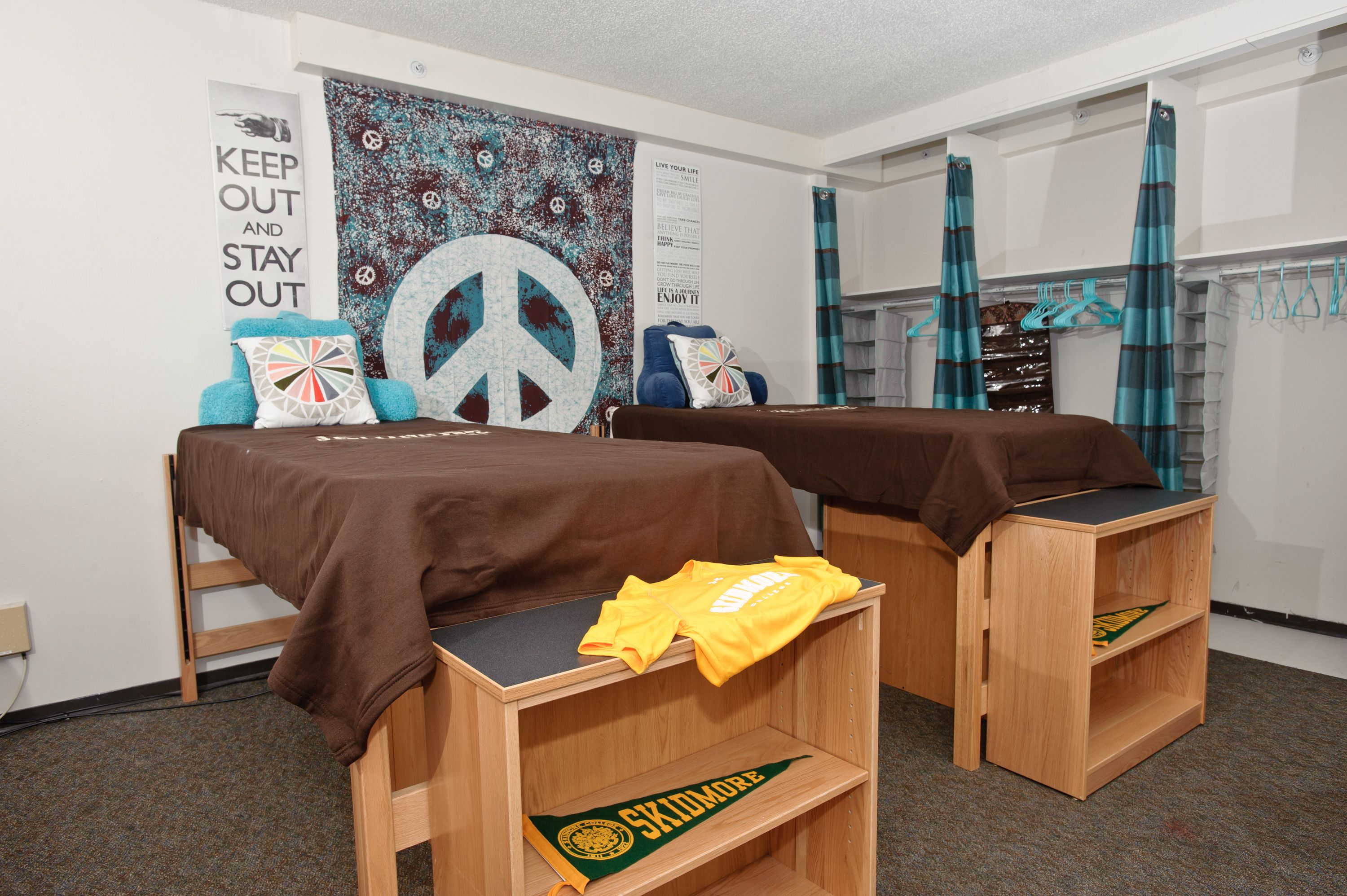 Check out a cool way to decorate your dorm room wait hall - Cool ways to decorate your room ...
