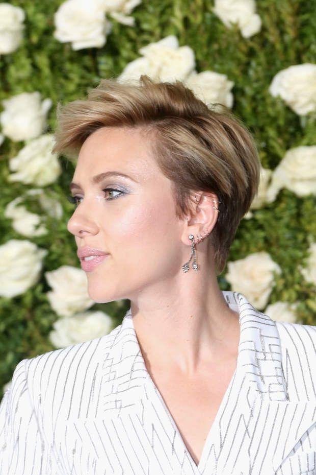 Scarlett Johansson, coupe courte garçonne naturelle et sexyNEW YORK, NY - JUNE 11: Actress S ...