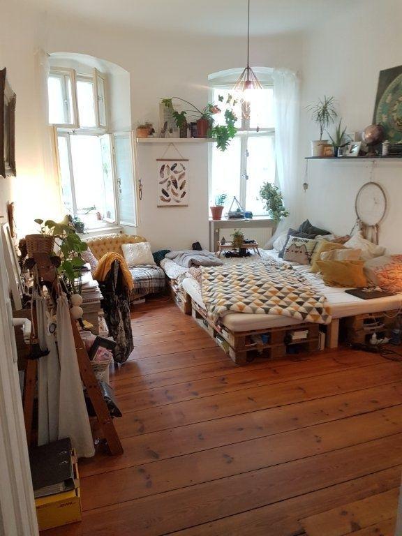 #Wohnzimmer findet sich in einer #Altbauwohnung in Berlin! Das große Sofa best …